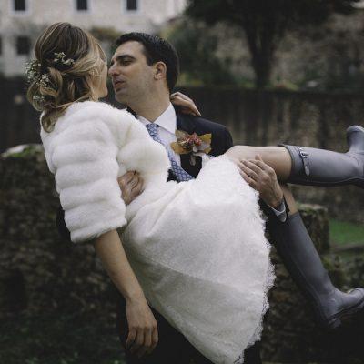 Un colorato matrimonio autunnale sotto la pioggia