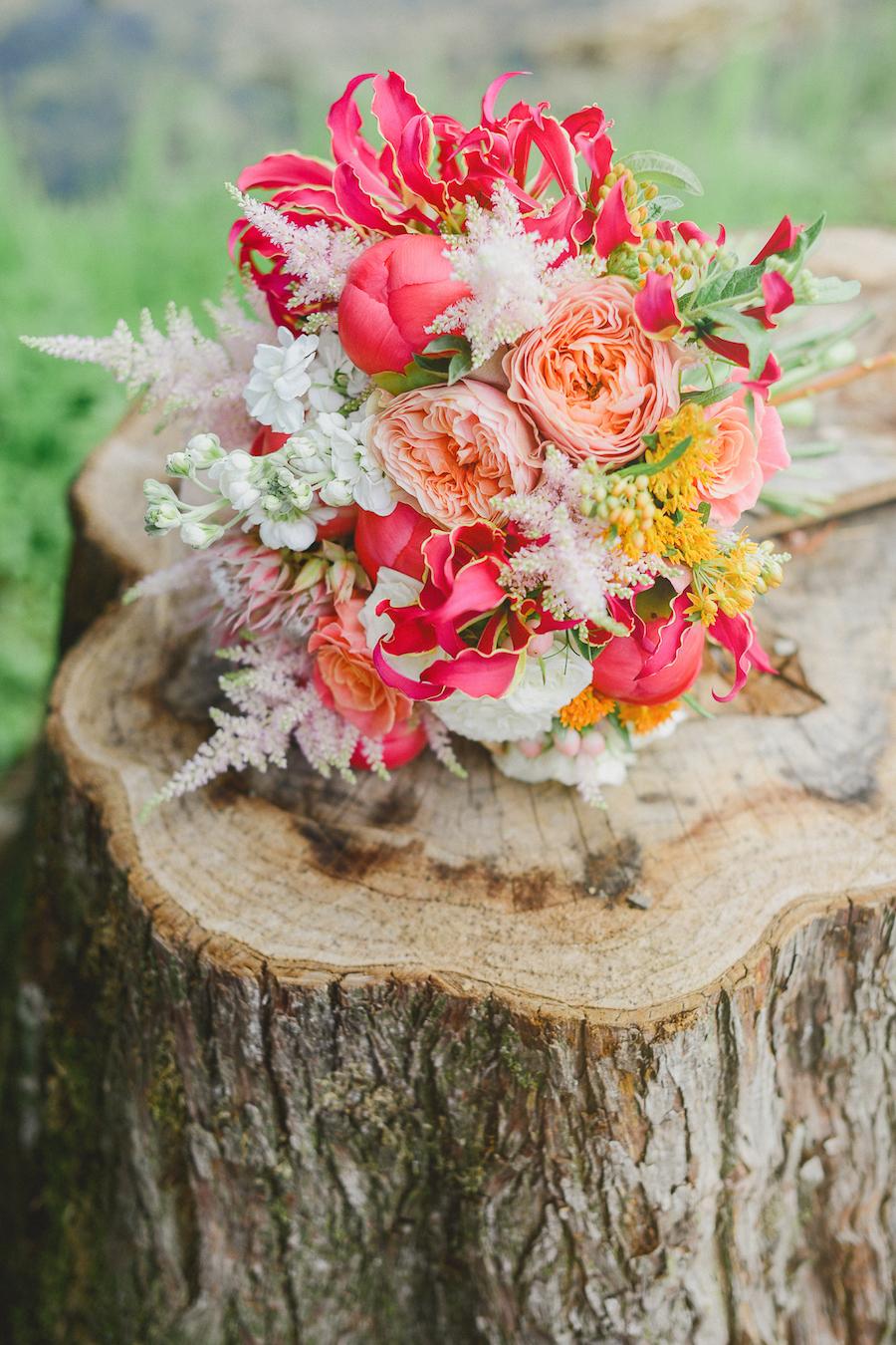 bouquet con peonie corallo, rose inglesi, astilbe e gloriosa