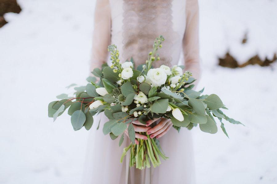 bouquet green invernale con eucalipto, ranunculi, eryngium, tulipani ebacche di hypericum bianco