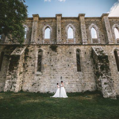 Due spose per un matrimonio a San Galgano