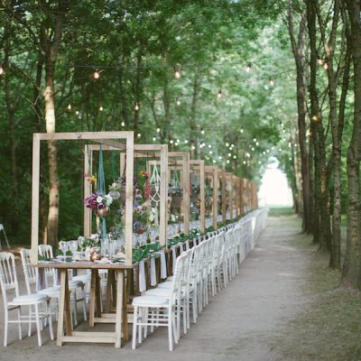 Colore e ispirazione tropicale per un matrimonio nel bosco