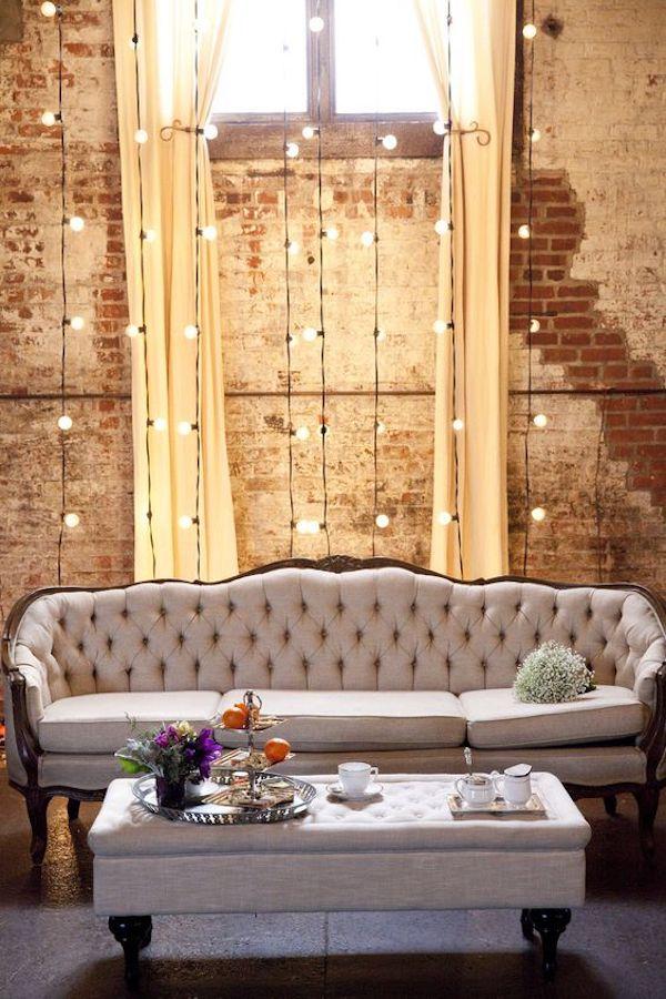 matrimonio industriale con divano vintage