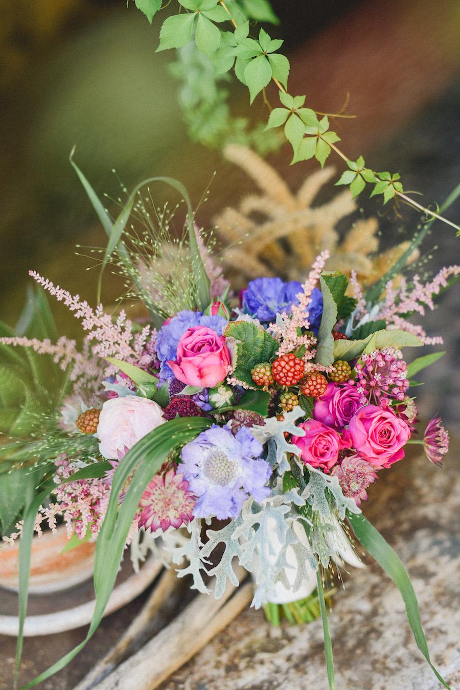 bouquet bohemien con rose, scabiosa, more, astilbe, cineraria marittima
