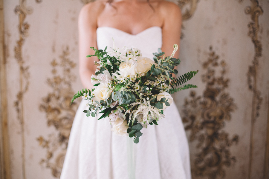 bouquet botanico con rose bianche, astilbe, fiore di cera, eucalipto e felce
