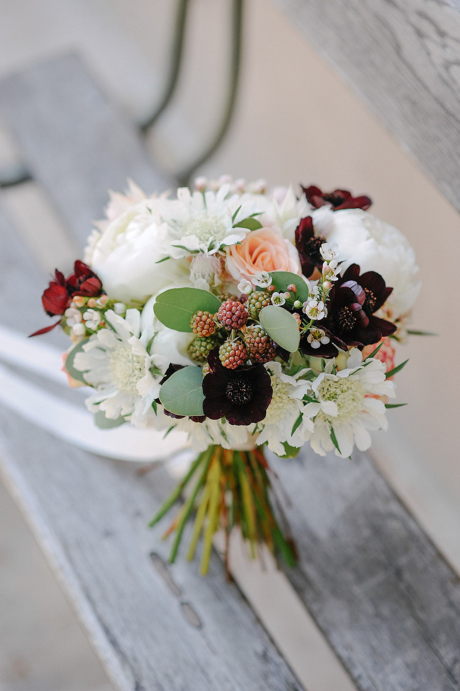 bouquet con peonie, more, scabiosa, fiore di cera e cosmos