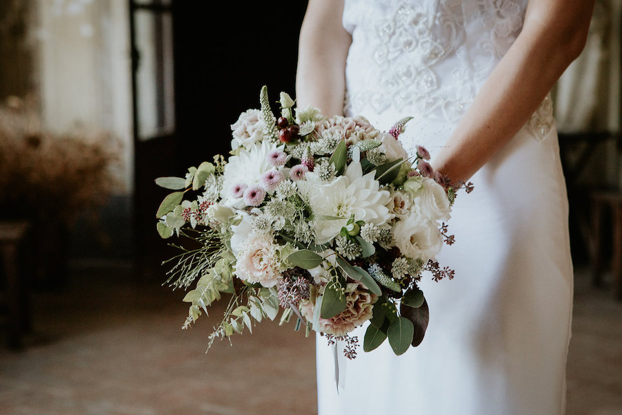 bouquet con dalia bianca, lisianthus, garofani, astrantia, veronica e bacche