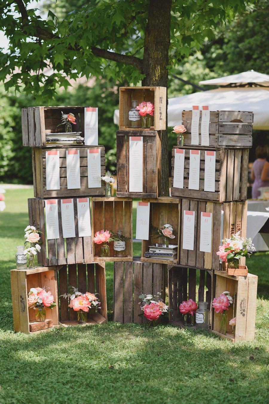 tableau de mariage con cassette di legno e peonie corallo