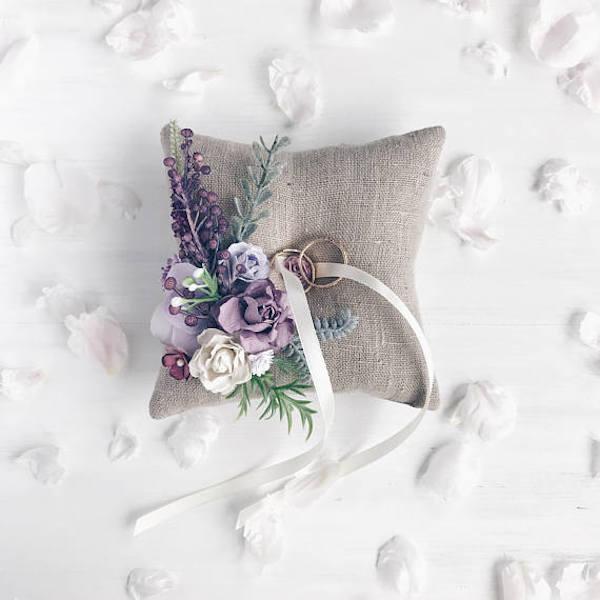 cuscino portafedi in iuta e fiori