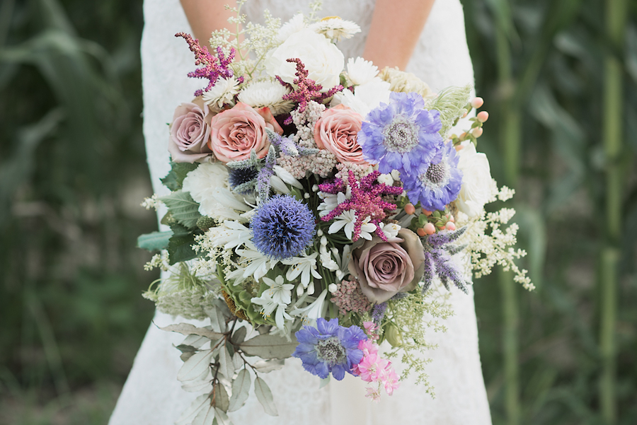 bouquet con rose, astilbe, nigella bianca, gelsomino, spirea, lisianthus e scabiosa