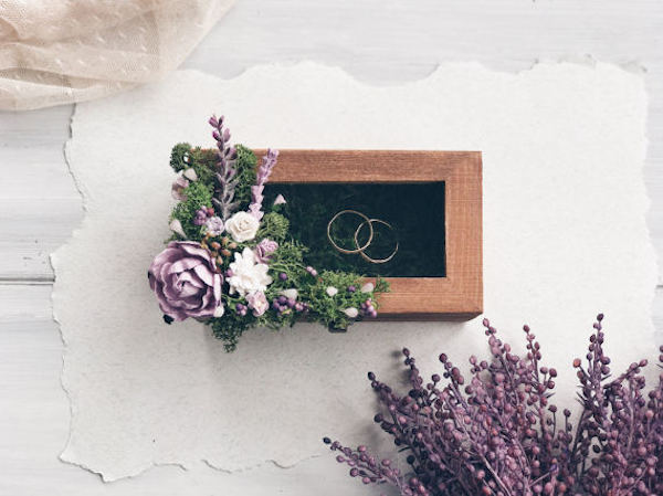 scatola portafedi in legno e fiori