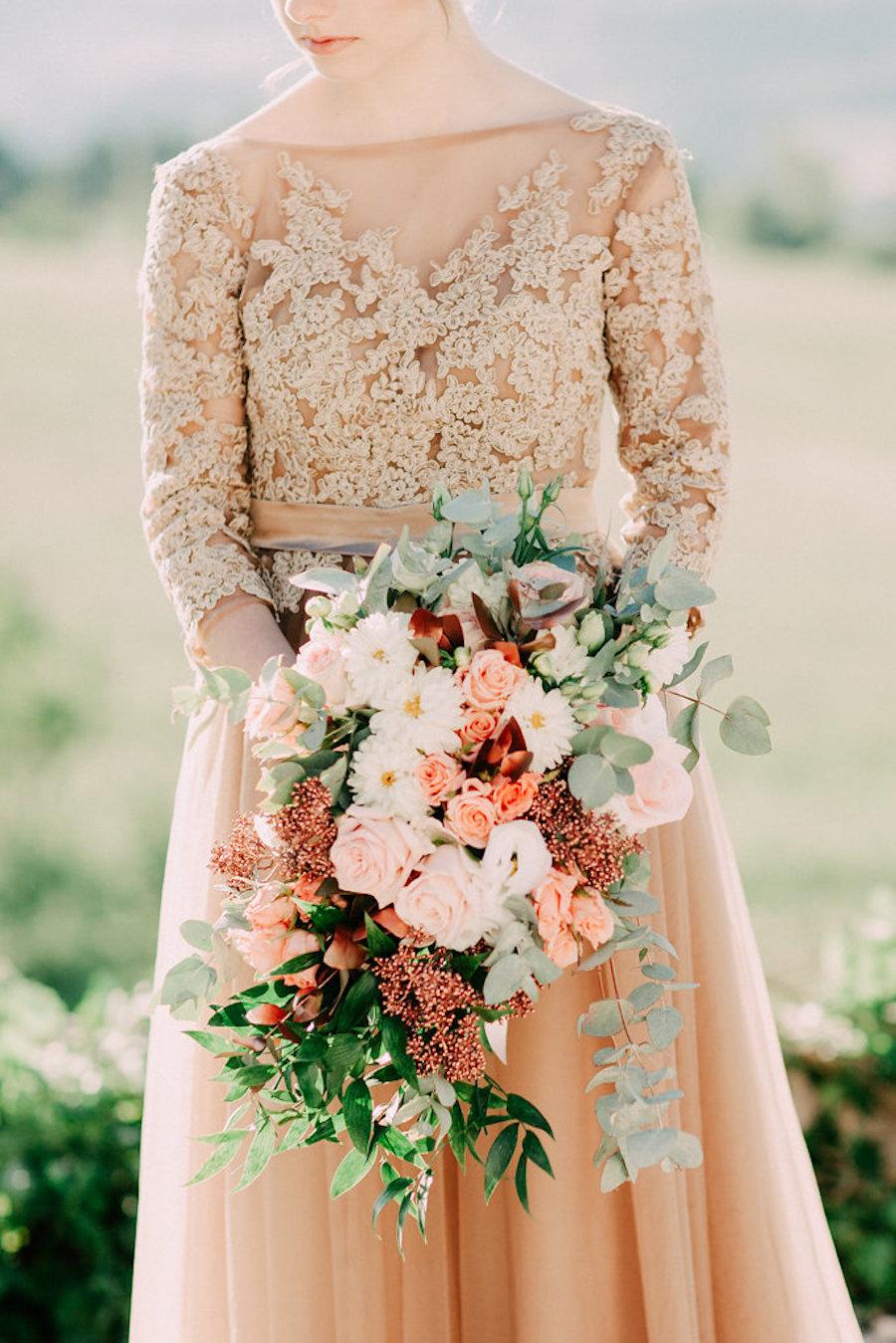 bouquet con dalie, lisianthus e rose avalance
