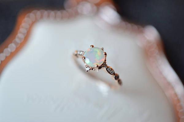 Anello di fidanzamento con opale