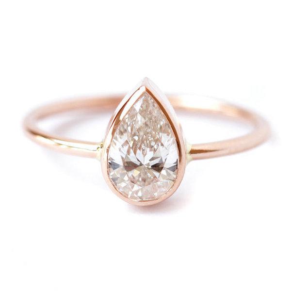 anello in oro rosa con diamante a goccia