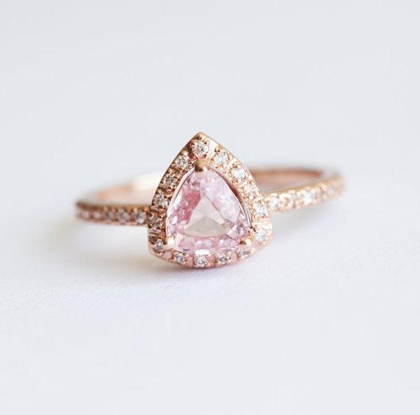 Anello in oro rosa con zaffiro rosa