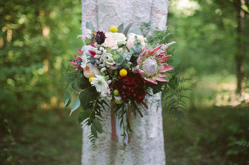 bouquet bohémien con protee, peonie, scabiosa, craspedia ed eryngium