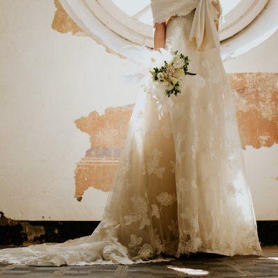 Oro e piume per un matrimonio di ispirazione ottocentesca