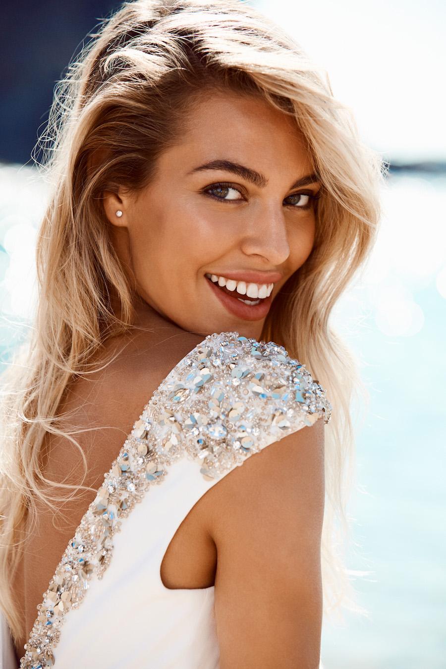 Con un abito così chi ha bisogno di gioielli  Questo modello a sirena in  crêpe brilla di luce propria. Vita bassa 8a886295d4d