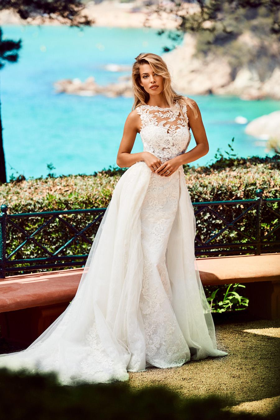 8e60d171f2cf Doppio look per il modello Zemora  un abito da sposa a sirena con una  schiena trasparente impreziosita da inseriti in tulle