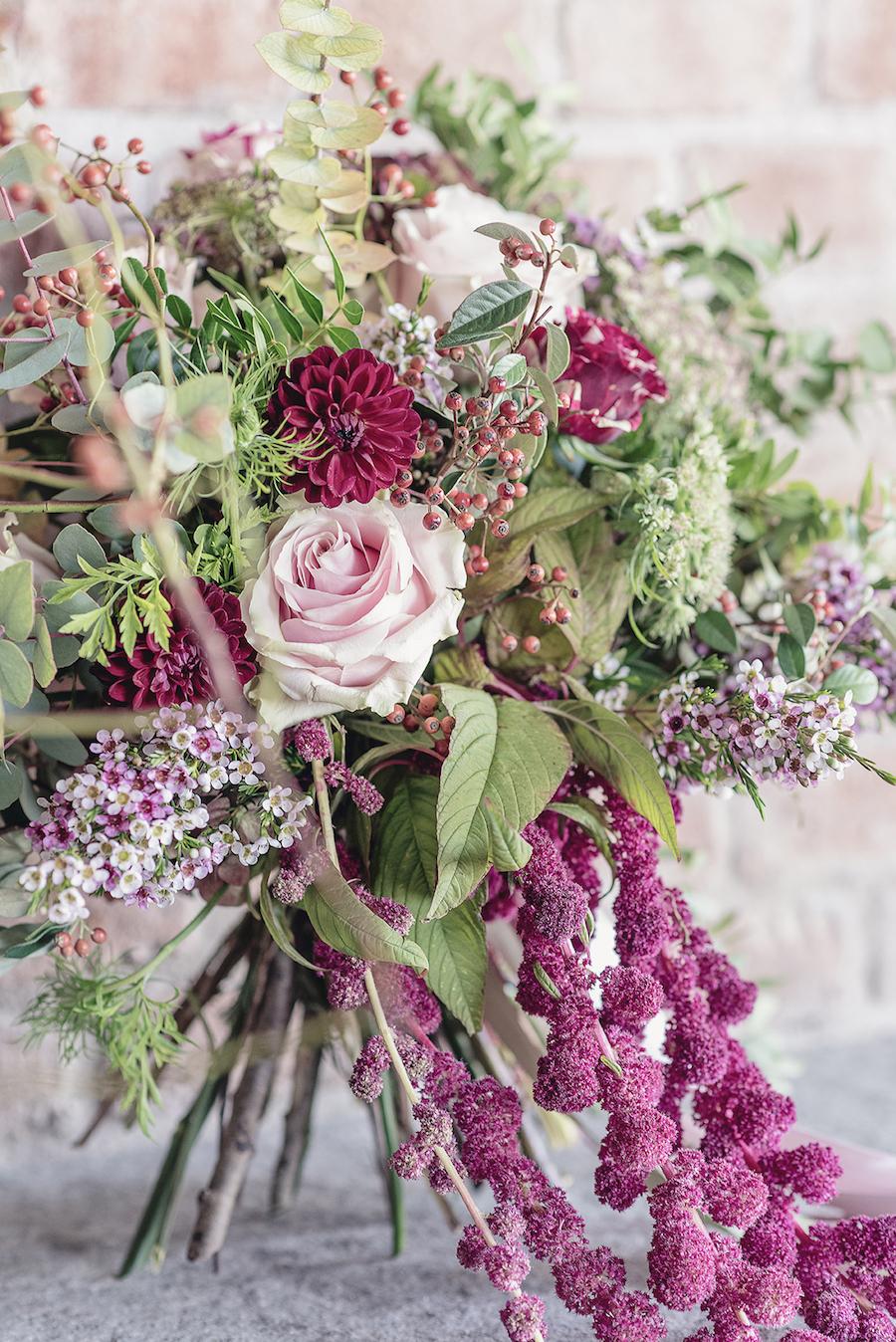 bouquet con dalie, rose, bacche, amaranto, fiore di cera