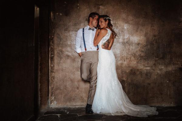 Due sposi tatuati e un matrimonio bucolico all'aperto