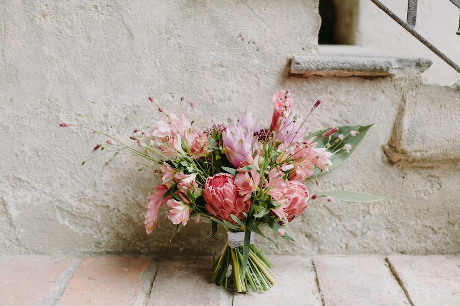 bouquet tropicale in rosa, con protee e alpinia purpurata