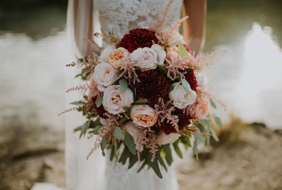 bouquet autunnale bordeaux e pesca, con dalie, rose ed astilbe