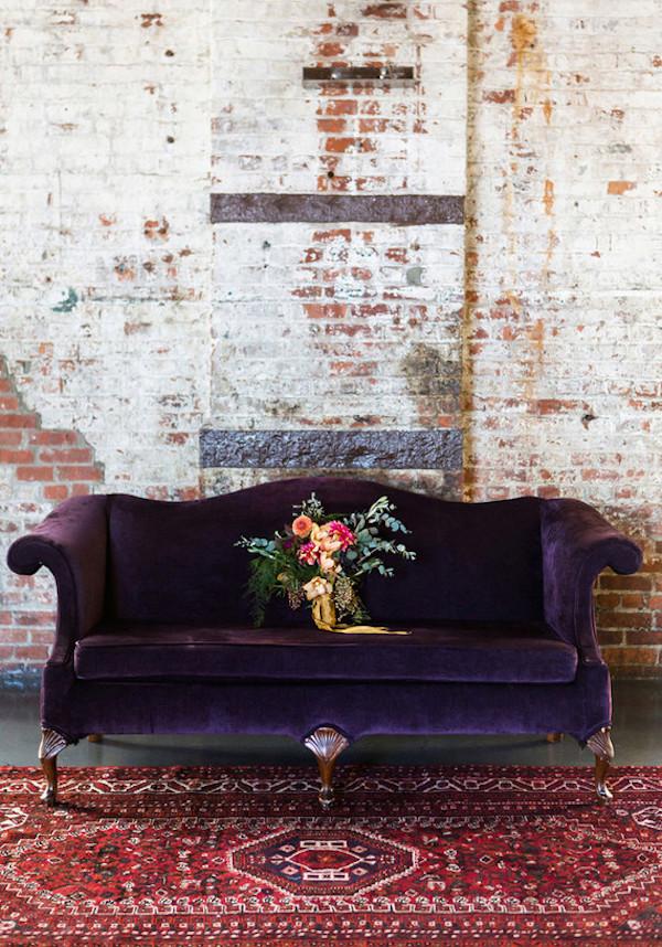 allestimento con divano viola