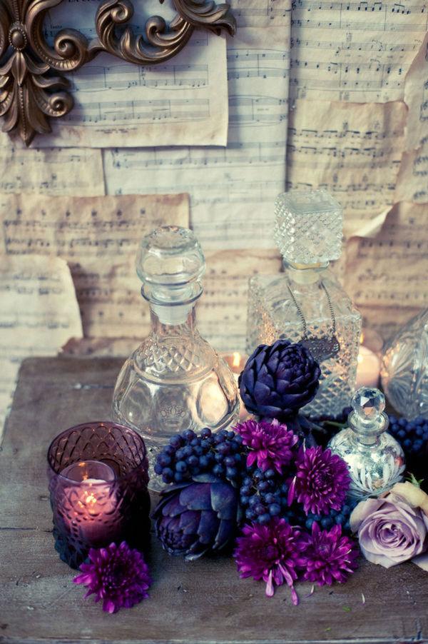 allestimento con fiori viola e carciofi