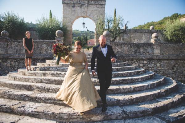 Dalie e un abito da sposa oro per un matrimonio autunnale