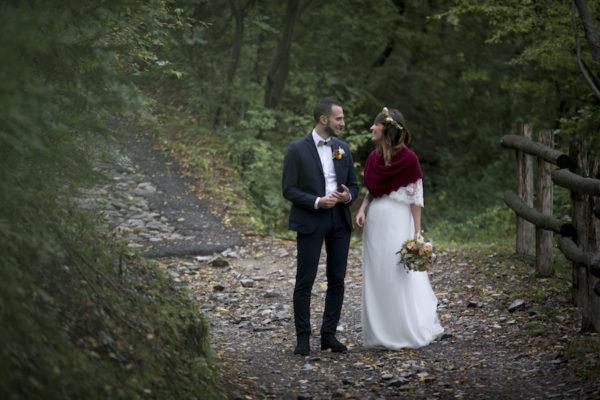 Un matrimonio bohémien e colorato sotto la pioggia