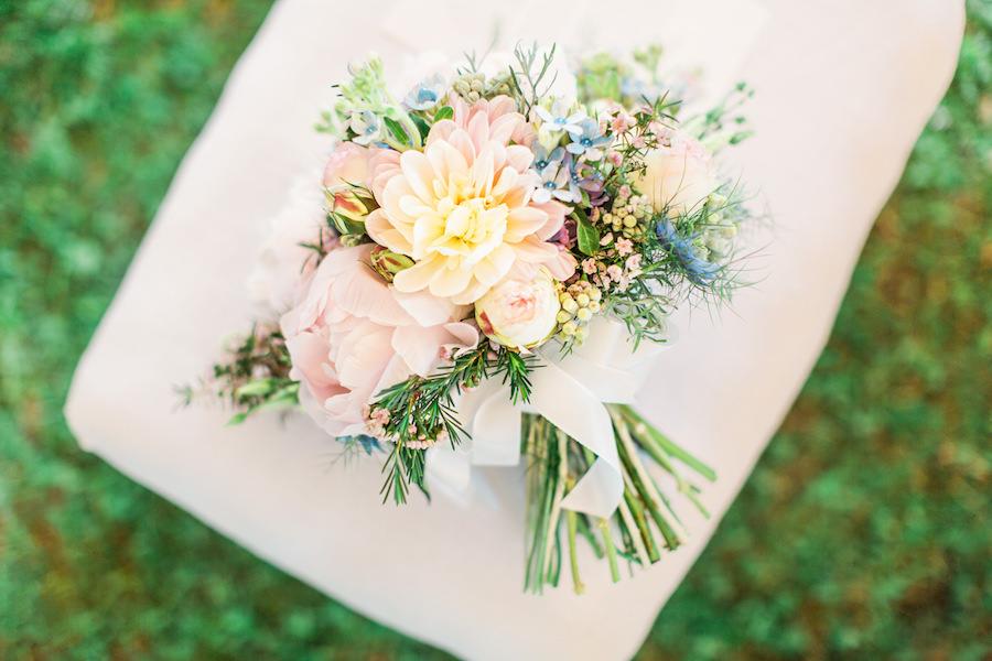 bouquet pastello con peonie, dalie e rose