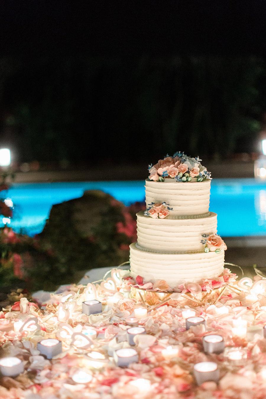 wedding cake con fiori rosa e azzurri