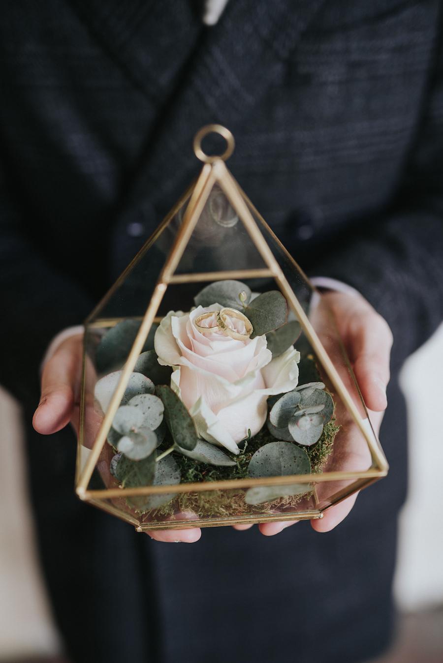 scatola portafedi geometrica con rosa e foliage