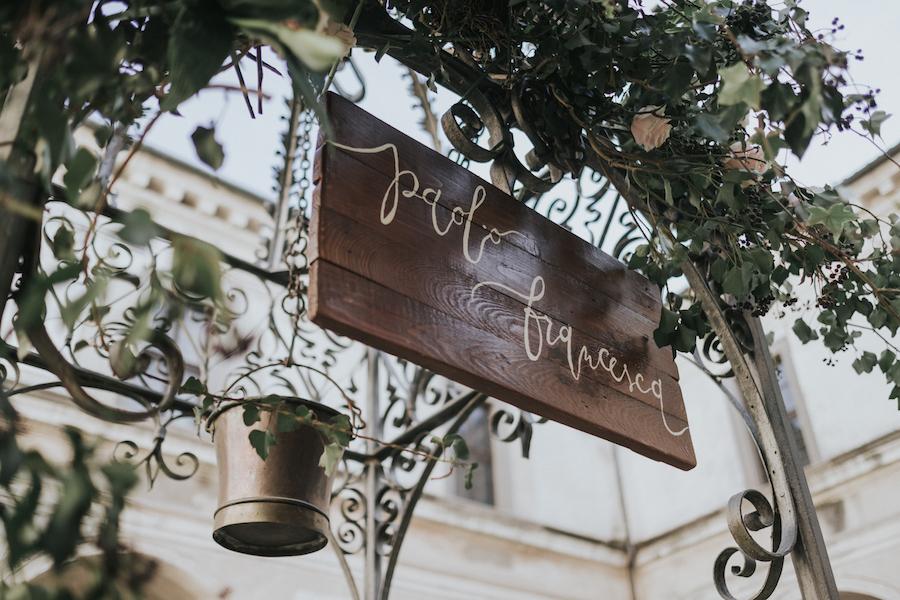 cartello matrimonio in legno e calligrafia