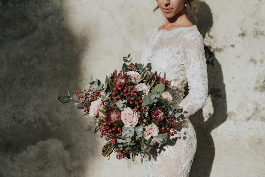 bouquet invernale con protee, rose e bacche