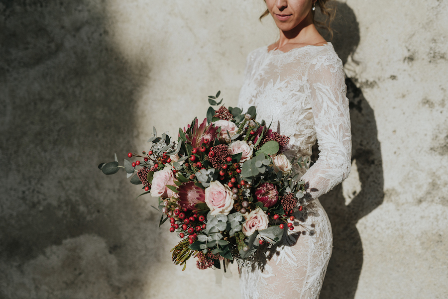 bouquet con protee, rose, bacche e foglie di eucalipto