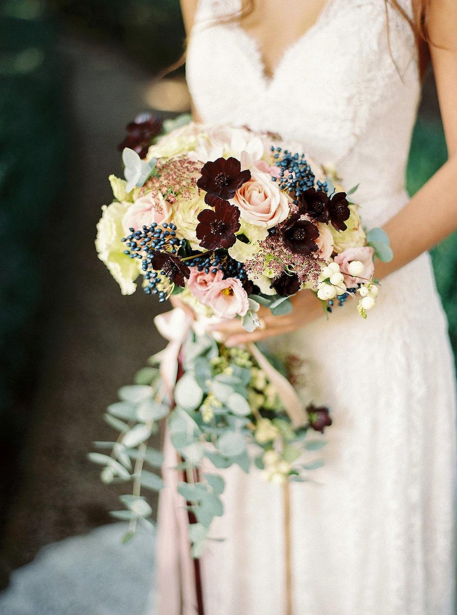 bouquet autunnale con lisianthus, bacche diviburnum blu, rose, amnivisnaga e cosmos