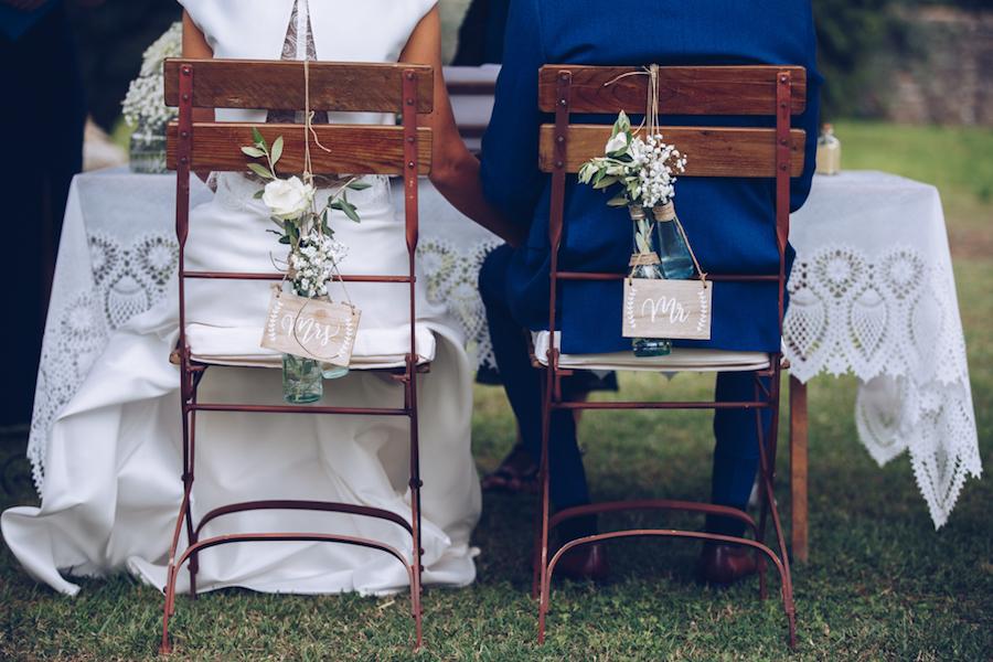 decorazione floreale sedie sposi