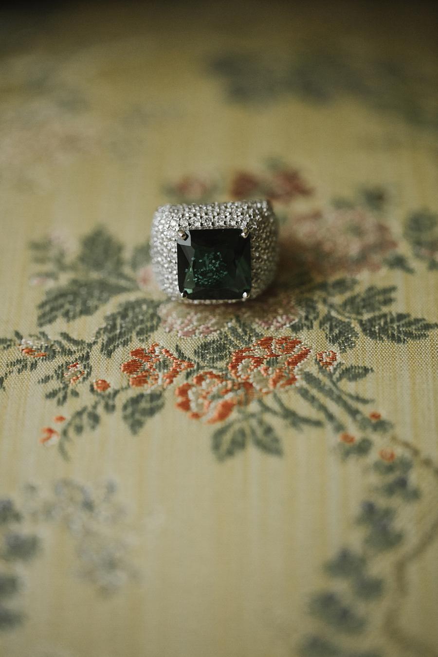 anello di fidanzamento con smeraldo