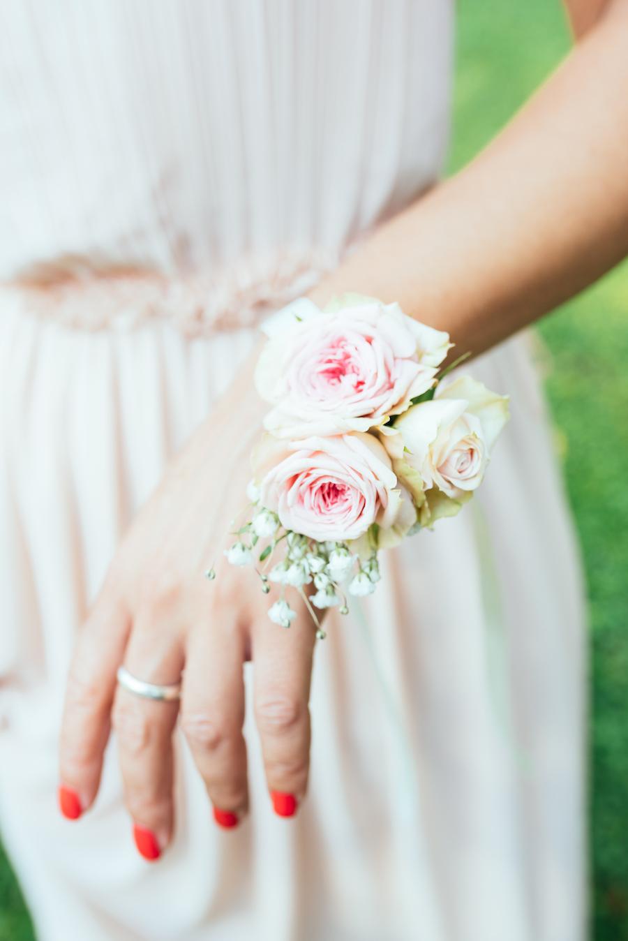 damigella con braccialetto floreale