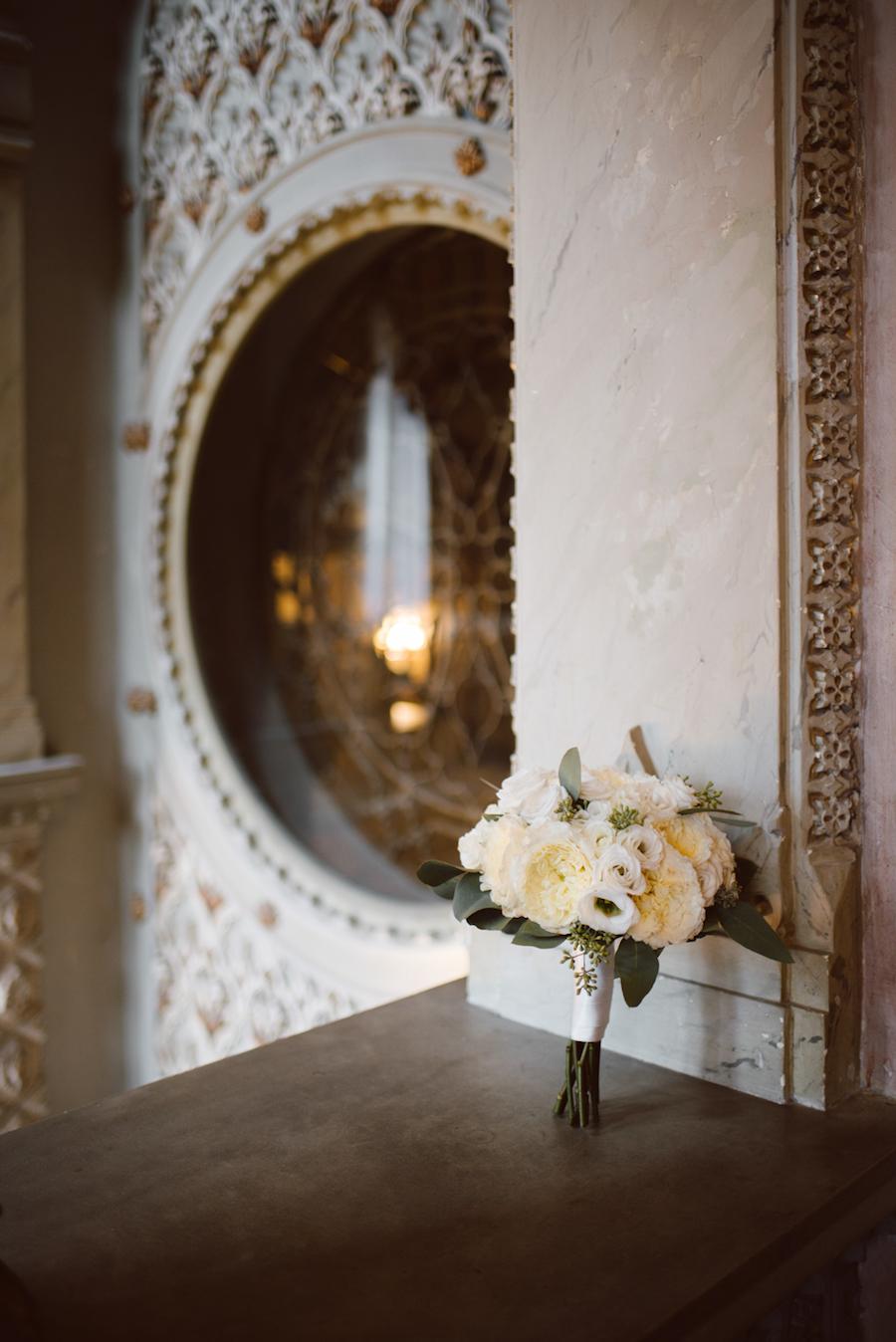 bouquet con rose inglesi bianche e foglie di eucalipto