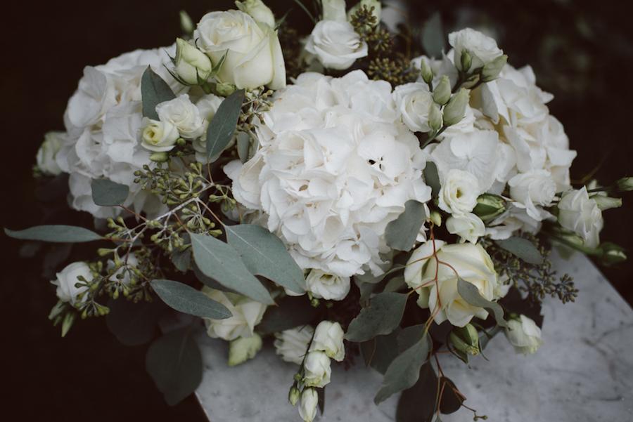 allestimento con ortensie bianche e foglie di eucalipto