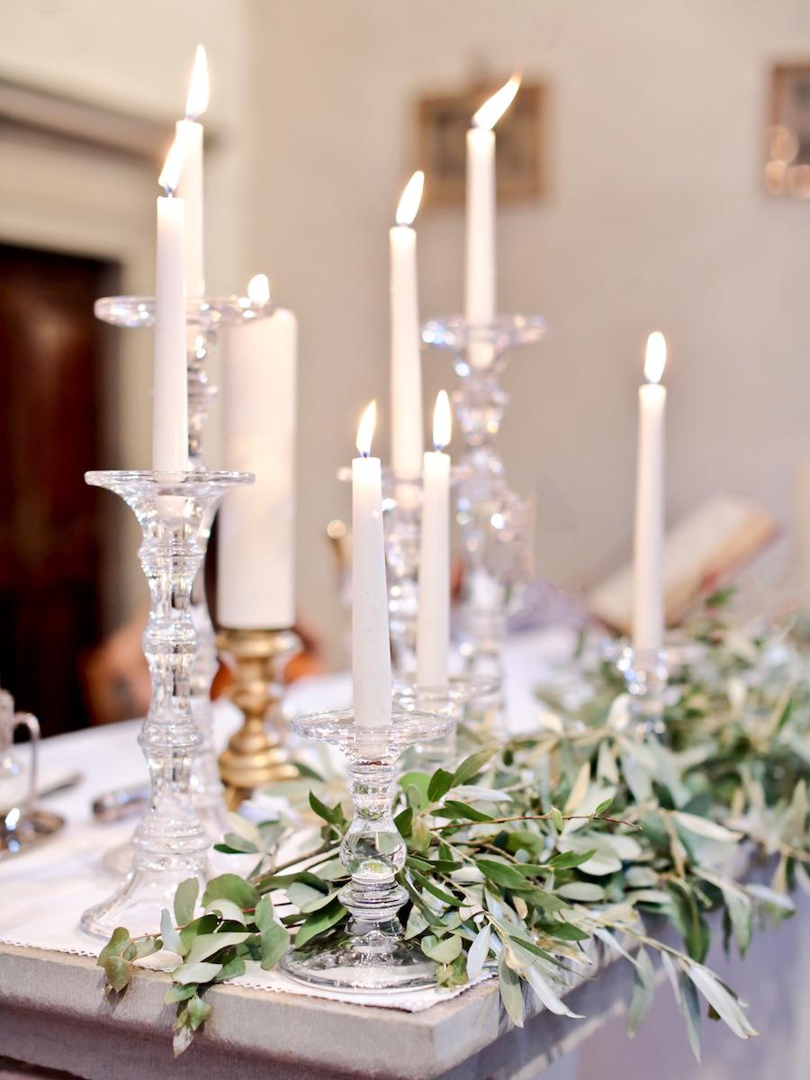 allestimento altare con foliage e candele