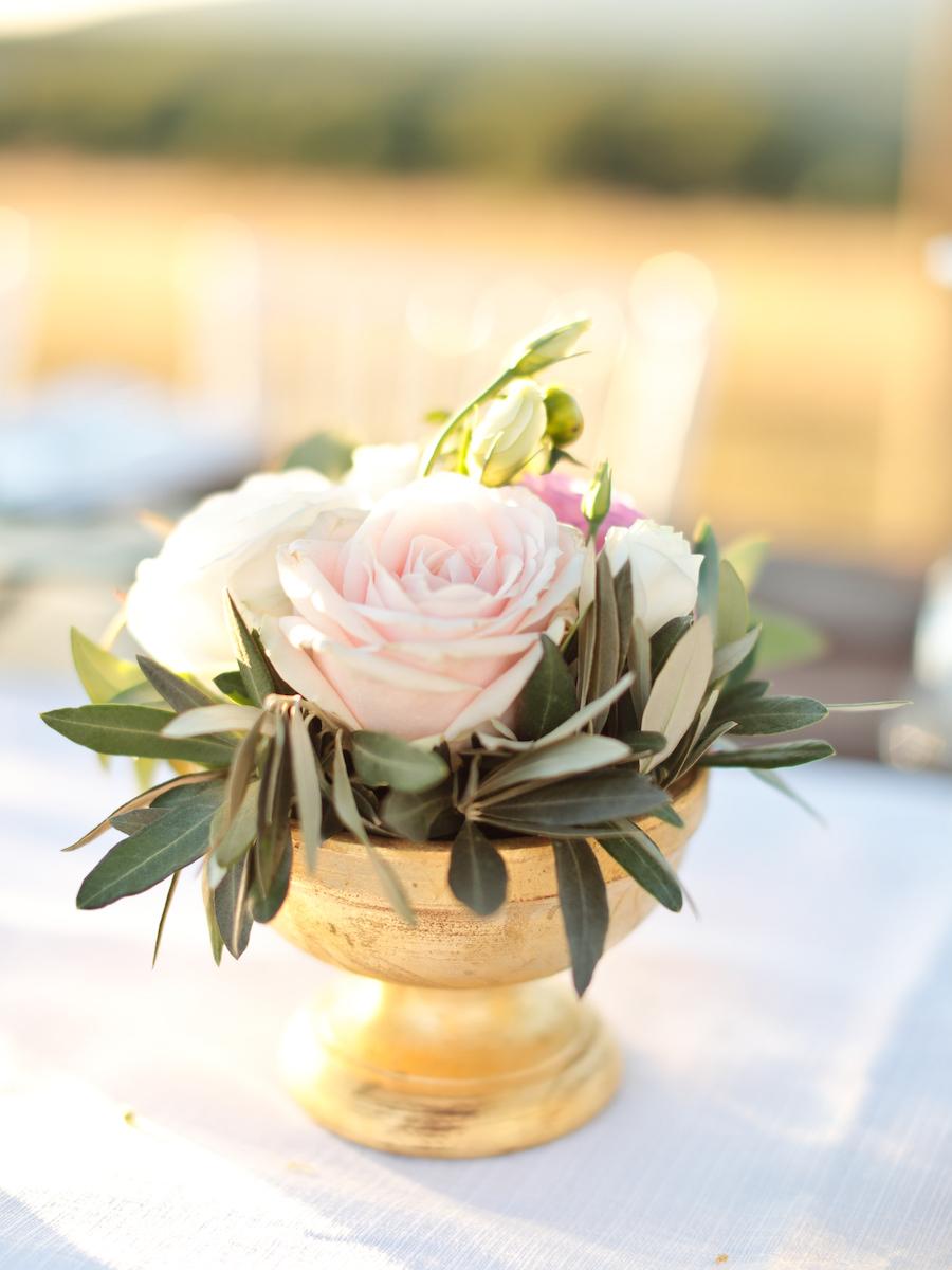 centrotavola con rose foglie di ulivo