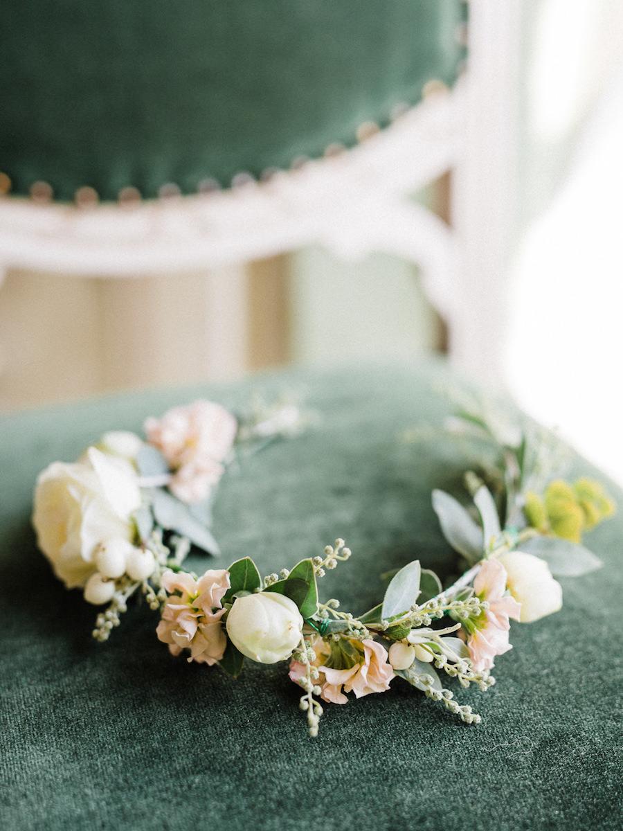 corona di fiori rosa e verde