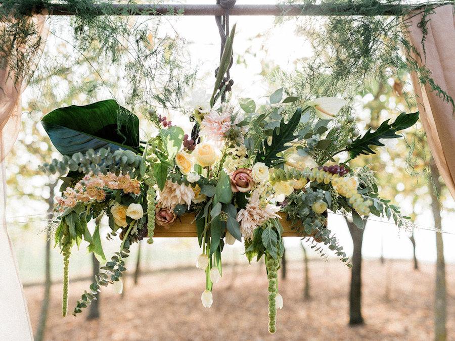 arco nuziale con fiori e foliage