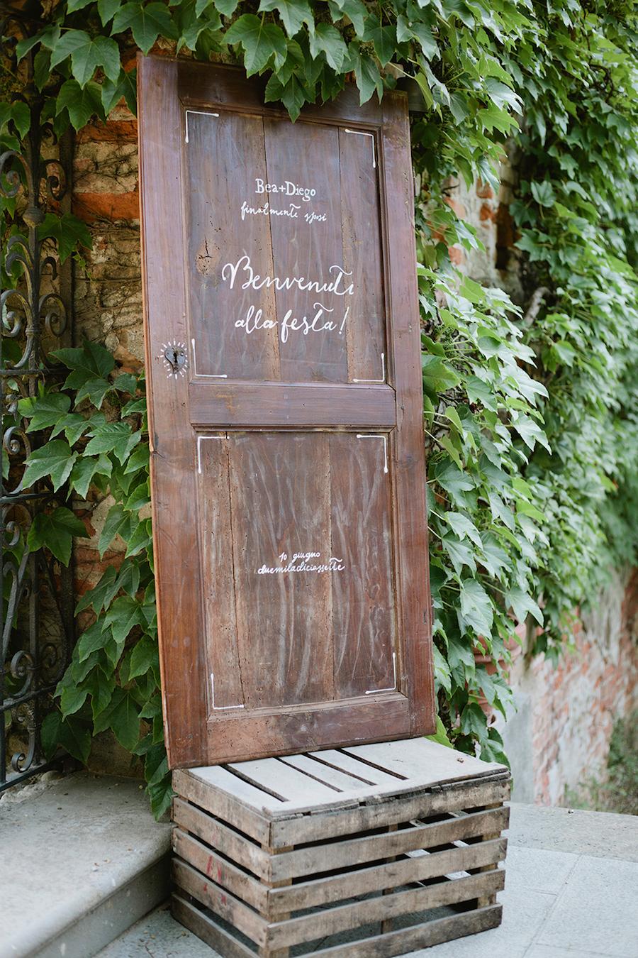 cartello matrimonio su porta vintage