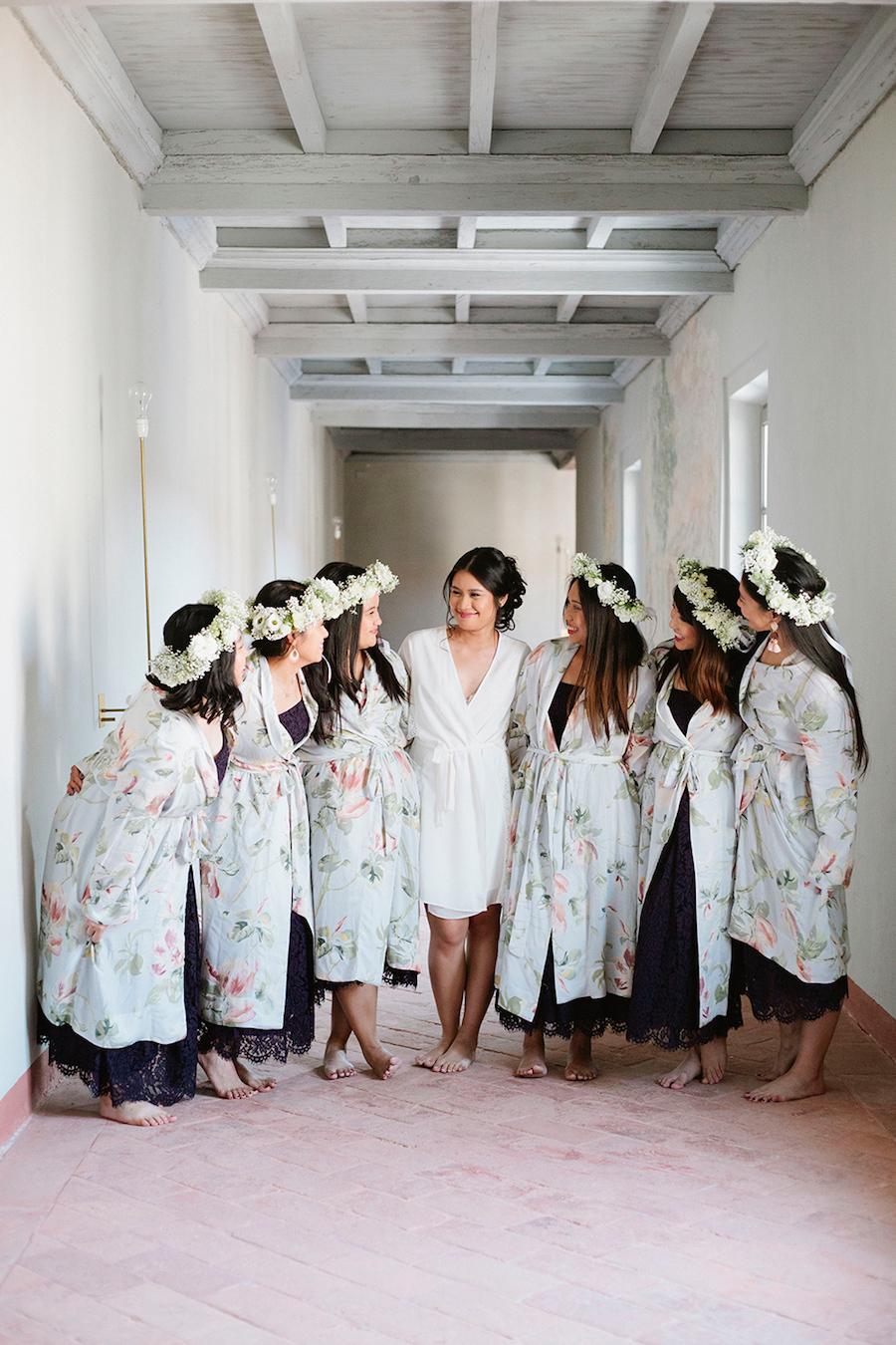 sposa e damigelle in vestaglie floreali