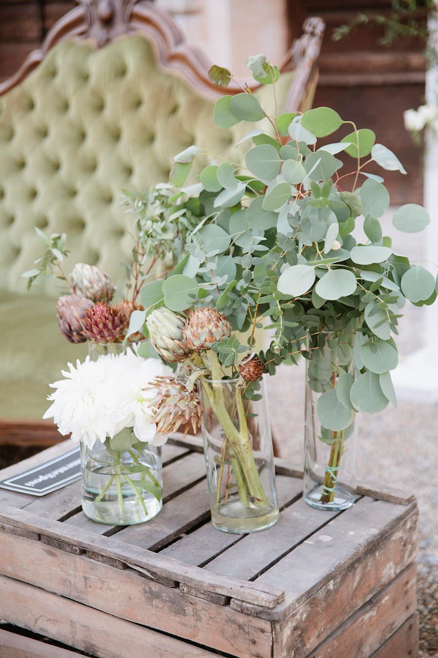 composizione floreale con eucalipto e carciofi