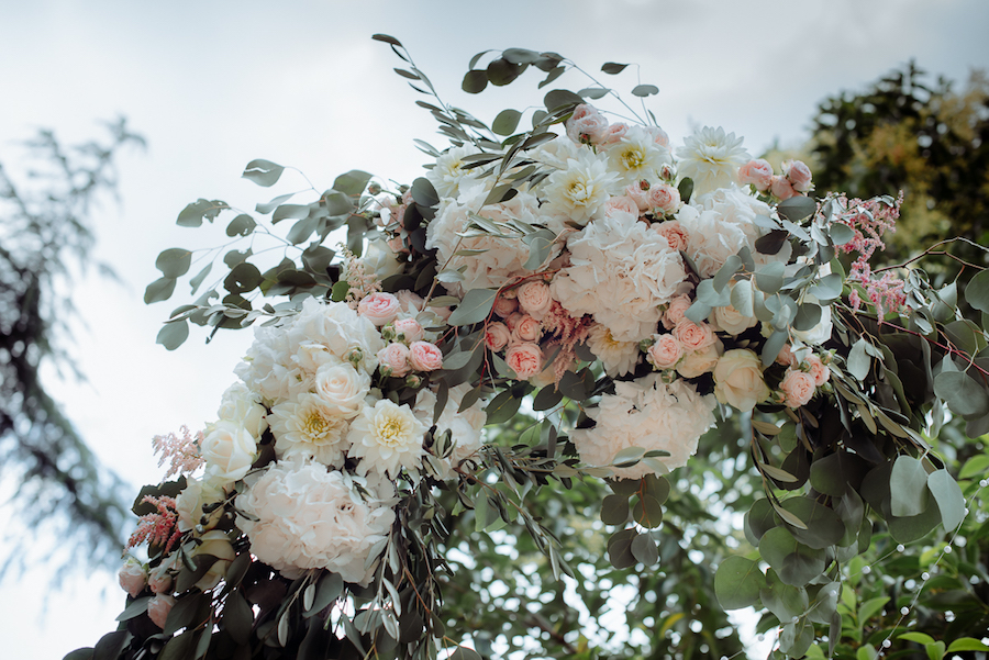arco nuziale con fiori bianchi e rosa